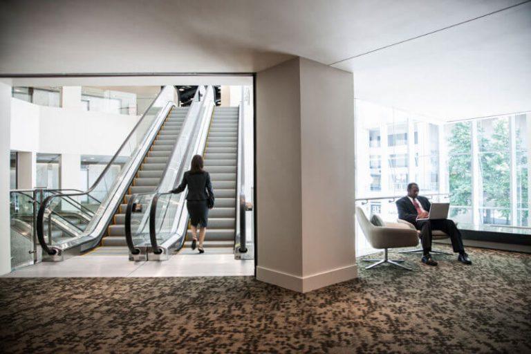 Bürogebäude mit Rolltreppen