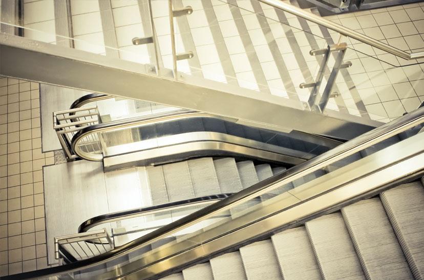 Treppenhaus mit Rolltreppen